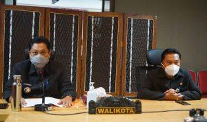 Walikota Denpasar, IB Rai Dharmawijaya Mantra didampingi Plt. Sekda Kota Denpasar, I Made Toya saat memaparkan rancangan pendapatan daerah Kota Denpasar tahun 2021 pada pembukaan sidang paripurna ke-20 masa sidang III DPRD Kota Denpasar secara virtual dari Graha Sewaka Dharma Denpasar, Rabu (18/11/2021)