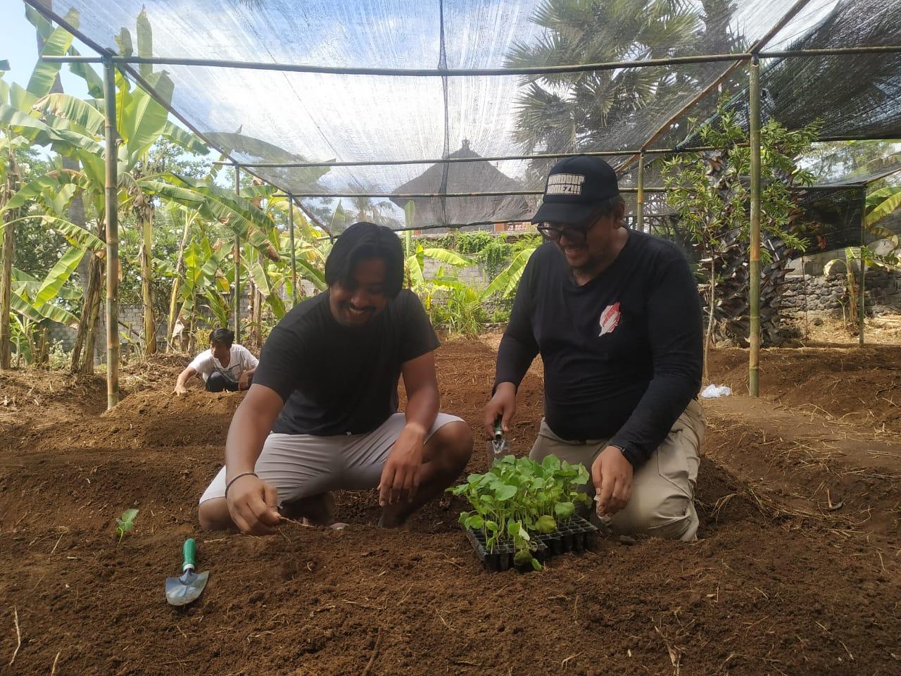 Dua penggagas Kebun Indonesia Raya Yoga Fitrana Cahyadi dan Aryo Dipokusumo di Desa Seraya Karangasem Bali. Foto: Lintasnusanews.com/Ist