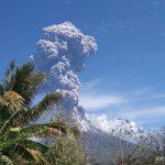 Gunung Ile Lewotolok erupsi (meletus) pada Minggu (29/11/2020). Foto: Lintasnusanews.com/Ist
