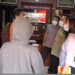 Cewek BO berinisial MIS didampingi pengacaranya Charlie Usfunan saat melaporkan oknum Polisi RCN ke Direktorat Kriminal Umum Polda Bali, Jumat (18/12/2020). Foto: Lintasnusanews.com/Boy Edlon
