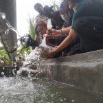 BEM FHIS Undiknas Denpasar menebar benih ikan di Kebun Indonesia Raya, Desa Seraya Karangasem Bali. Foto: Lintasnusanews.com/Ist