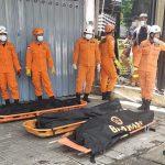 Jenazah korban keracunan gas yang meninggal di Jimbaran Bali dievakuasi tim Basarnas. Foto: Lintasnusanews.com/Ist