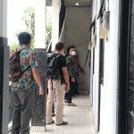 Proses olah TKP kasus dugaan pemerkosaan dan pemerasan oleh oknum polisi Polda Bali di Jalan Ratnasari 3 Glogor Carik, Denpasar, Sabtu (19/12/2020). Foto: LIntasnusanews.com/Agung Widodo
