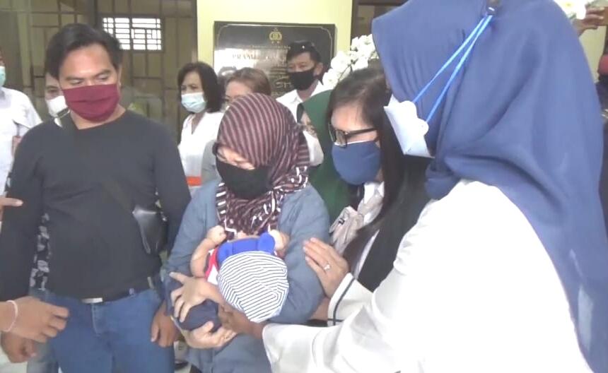 RR menerima Bayinya didampingi kuasa hukumnya Siti Sapurah alias Ipung di Mapolda Bali, Selasa (01/12/2020). Foto: Lintasnusanews.com/Agung Widodo