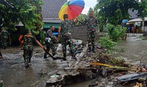 Komandan Rindam IX Udayana Kolonel Inf. Joao Xavier Barreto Nunes bersama anggotanya tengah mengecek tembok penahan banjir asaram yang jebol. Foto: Lintasnusanews.com/Ist