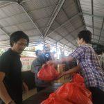 Tim Anti Lapar berkolaborasi dengan EST Movie bagi pangan ke warga Denpasar, Sabtu (26/12/2020). Foto: Lintasnusanews.com/Ist