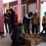 Aliansi wartawan Sikka NTT salurkan bantuan ke puluhan anak stunting di rumah pemulihan stunting eks Puskesmas Kopeta, Selasa (22/12/2020). Foto: Lintasnusanews.com/Karel Pandu