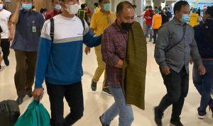 DPO Pelaku pemalsuan surat Bali Rich Villa, Asral bin H Muhammad Sholeh saat tiba di Bandara Ngurah Rai Bali setelah ditangkap oleh tim Kejadi Bali di Kota Batam. Foto: Lintasnusanews.com/Ist