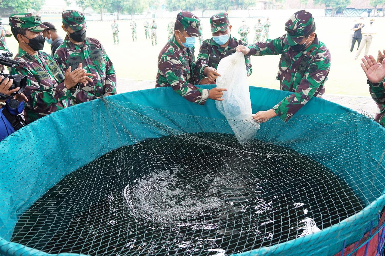 Komandan Korem Wira Satya, Brigjen TNI Husein Sagaf bersama para kepala seksi tebar lele di Makorem, Senin (18/01/2021). Foto: Lintasnusanews.com/Ist