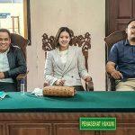 Kuasa hukum Titian Wilaras, Acong Latif (kiri), Dian Suryani (tengah) dan Putu Aris Pratama Darmika (kanan) saat menjelaskan gugatan kasus saham Sky Garden Bali. Foto: Lintasnusanews.com/Agung Widodo