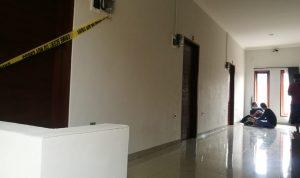 Kamar Homestay yang disewa Cewek BO berinisial DFL dipasang garis polisi. Foto: LIntasnusanews.com/.Agung Widodo