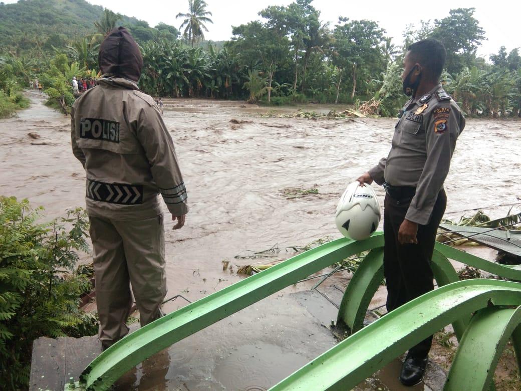 Jembatan Koro Bhera Kecamatan Mego Kabupaten Sikka NTT yang ambruk diterjang banjir bandang Minnggu (17/01/2021). Foto: Dok Lintasnusanews.com