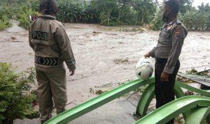 Jembatan gantung Desa Koro Bhera Kecamatan Mego yang ambruk diterjang banjir, Minggu (17/01/2021). Foto: Lintasnusanews.com