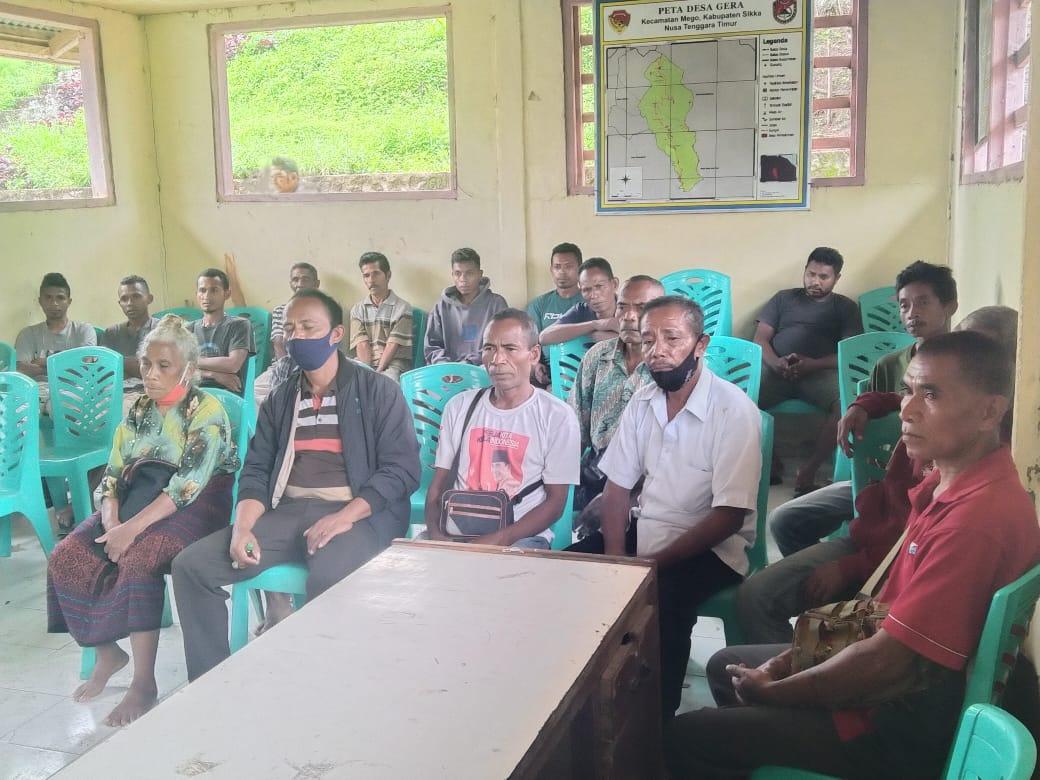 Warga Desa Gera, Kecamatan Paga saat mengadukan Pejabat Kades yang diduga mencaplok dana BLT. Foto: Lintasnusanews.com/Karel Pandu