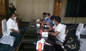 Kabag Humas Kota Denpasar, Dewa Gede Rai saat simulasi jumpa pers pada Pelatihanm Jurnalistik oleh SMSI Bali. Foto: Lintasnusanews.com/Ist