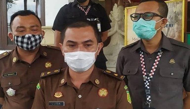 Kasi Penkum Kejati Bali A Luga Harlianto, saat menjelaskan berkas dugaan pencabulan sulinggih lengkap pada Selasa (23/02/2021). Foto: Lintasnusanews.com/Ist