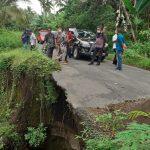 Bupati Sikka NTT saat meninjau lokasi bencana longsor ruas jalan Hepang-Lela yang nyaris putus. Foto: Lintasnusanews.com/Karel Pandu
