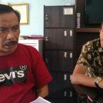 Kuasa hukum I Made Kardiana, Teddy Raharjo (kaos merah) saat menjelaskan notaris di Denpasar dilaporkan kliennya. Foto: Lintasnusanews.com/Agung Widodo