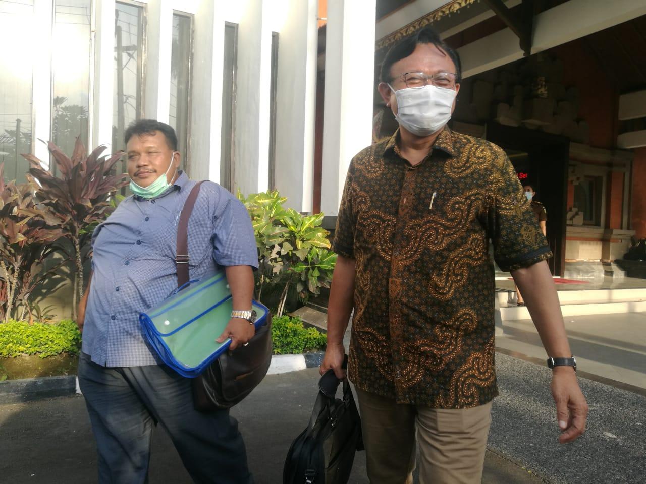 Mantan Sekda Buleleng, Dewa Ketut Puspaka didampingi kuasa hukumnya Agus Sujoko keluar dari Kejati Bali usai jalani pemeriksaan sebagai saksi, Selasa (24/03/2021). Foto: Lintasnusanews.com/Agung Widodo