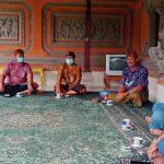 Tim Ditintelkam Polda Bali saat menyambangi Desa Adat Pejeng, Kabupaten Gianyar dan menyerahkan bantuan sembako. Foto: Lintasnusanews.com/Ist