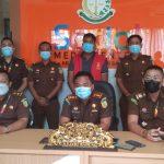 Kejari Badung, Ketut Maha Agung bersama tim penyidik saat keterangan pers kasus korupsi yang menjerat pegawai bank BUMN. Foto: Lintasnusanews.com/Ist