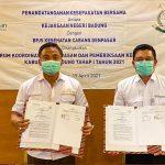 Kajari Badung, Ketut Maha Agung foto bersama Kepala BPJS Kesehatan Cabang Denpasar Muhammad Ali, usai tandatangan kerjasama, Senin (19/04/2021). Foto: Lintasnusanews.com/Ist