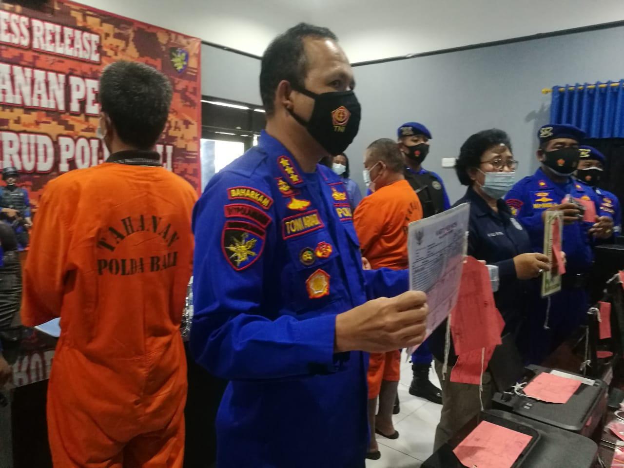 Pelaku pembuat KTP dan Kartu Keluarga palsu dibekuk Polairud Polda Bali. Foto: Lintasnusanews.com/Agung Widodo