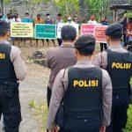 Aksi protes pihak tergugat keluarga I Made Restika saat berupaya mnghalangi proses eksekusi tanah di Desa Adat Semate, Kec. Mengwi, Kab. Badung Bali. Foto: Lintasnusanews.com/boy