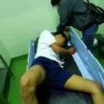 Remaja berinisial AAN nyaris tewas usai tabrakkan dirke mobil yang melintas, Kamis (06/05/2021). Foto: Ist