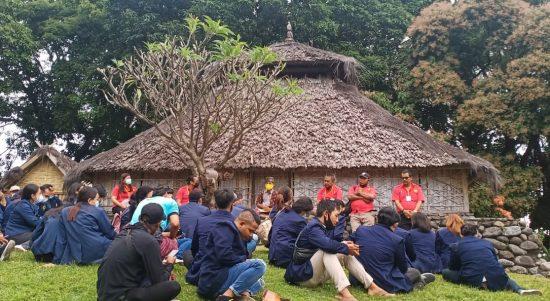 Para Dosen dan Mahasiswa Fak. Hukum Universitas Teknologi Indonesia Bali saat mendengar penjelasan dari juru rawat Mesjid Kuno Bayan Lombok NTB Raden Palasari, Sabtu (01/05/2021). Foto: Lintasnusanews.com