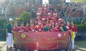 Mahasiswa Fakultas Hukum Universitas Teknologi Indonesia Bali, foto bersama dosen usai bhakti sosial di Pura Narmada Lombok NTB. Foto: Lintasnusanews.com