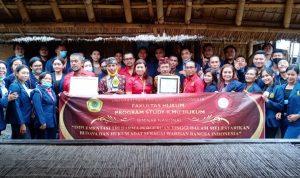 Mahasiswa Fakultas Hukum Universitas Teknologi Indonesia (UTI) Bali foto berrsama usai mengunjungi Desa Adat Karang Salah Suku Sasak Bayan Lombok, Sabtu (01/05/2021). Foto: Lintasnusanews.com