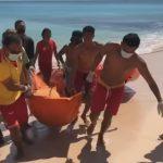 Petugas Balawista Badung mengvakuasi jenazah Putu Mia di Pantai Suluban Pecatu Bali. Foto: Ist