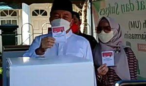 Calon Wakil Gubernur Kalsel, Muhiddin bersama istrinya saat mengikuti PSU Pilkada Gubernur Kalsel pada Rabu (09/06/2021). Foto: Lintasnussanews.com/Rahmat