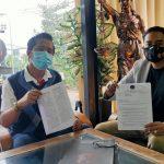 Kuasa hukum penggugat, Redy Nobel dkk saat menunjukkan gugatan terhadap pegawai BUMN di Bali yang didaftarkan di PN Denpasar. Foto : Ist