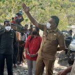 Bupati Sikka NTT, Fransiskus Roberto Diogo menyapa warga saat gelar ritual adat pembukaan jalan Desa Done - Liakutu. Foto: LIntasnusanews.com/Karel Pandu