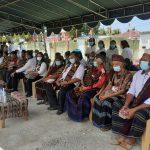 Bupati Sikka NTT, Fransiskus Riberto Diogo duduk bersama tokoh masyarakat saat peletakan batu pertama proyek pembangunan Puskesmas Paga. Foto: Lintasnusanews.com/Karel Pandu