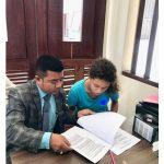 Kuasa hukum Heather Louis Mack, Yulius Benyamin Seran tengah mendampingi kliennya menandatangani dokumen saat penjemputan Baby Stella di Lapas Kerobokan Denpasar. Foto: Ist