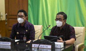 Walikota Denpasar, IGN Jaya Negara didampingi Wakil Walikota I Kadek Agus Arya Wibawa saat menghadiri webinar transformasi digital pemasaran hasil UMKM Denpasar, pada JUmat (27/08/2021). Foto: ist