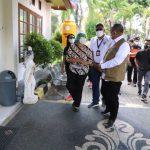 Kepala BNPB Letjen TNI Ganip Warsito menemui satu keluarga di salah satu isoter di Wisma Bima, Denpasar Bali, Jumat (20/08/2021). Foto: Ist