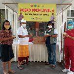 Jubir Satgas Covid19 Denpasar, Dewa Gede Rai saat menerima sumbangan Loloh Imune dari owner ALC Nyoman Baskara, Minggu (22/08/2021). Foto: Ist