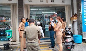Petugas Dinas Pemberdayaan Masyarakat dan Desa Kota Denpasar saat monitoring dan evaluasi penanganan Covid19. Foto: Ist