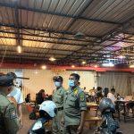 Petugas Satpol PP Kota Denpasar saat menertibkan angkringan di Jalan Gatot Subroto yang melanggar PPKM Level 4. Foto: Ist