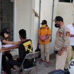 Tim yustisi Kota Denpasar saat menertibkan pelanggar Prokes Covid19 di Jalan Raya Sesetan, Kamis (19/08/2021). Foto: Ist