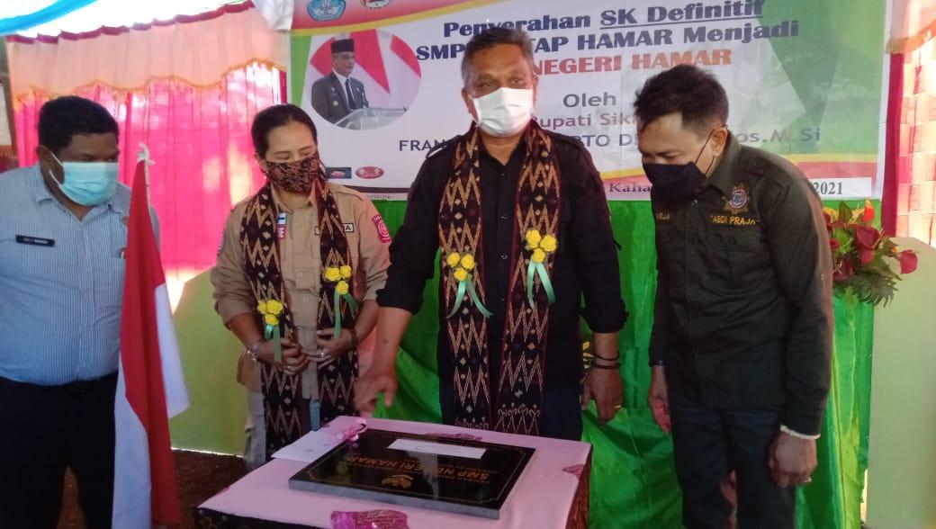 Bupati Sikka Fransiskus Roberto Diogo saat tandatangan prasasti peresmian SMP Negeri Hamar. Foto: Lintasnusanews.com/Karel Pandu