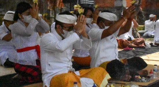 Walikota Denpasar, I Gusti Ngurah Jaya Negara saat upacara wisuda bumi dalam upaya penanganan Covid19. Foto: Ist
