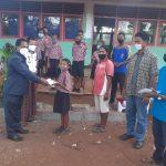 Anggota DPRD Sikka, Wenseslaus Wege saat menyerahkan uang sekolah selama tiga tahun kepada Elis siswa SDK Kloangaur Waigete. Foto: Lintasnusanews.com/Karel Pandu