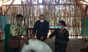 Anggota DPRD Sikka, Bernadus Kardiman serahkan bantuan pipa untuk air bersih kepada Kepala Dusun Hebar, Servatius Sentis. Foto: Lintasnusanews.com/Karel Pandu