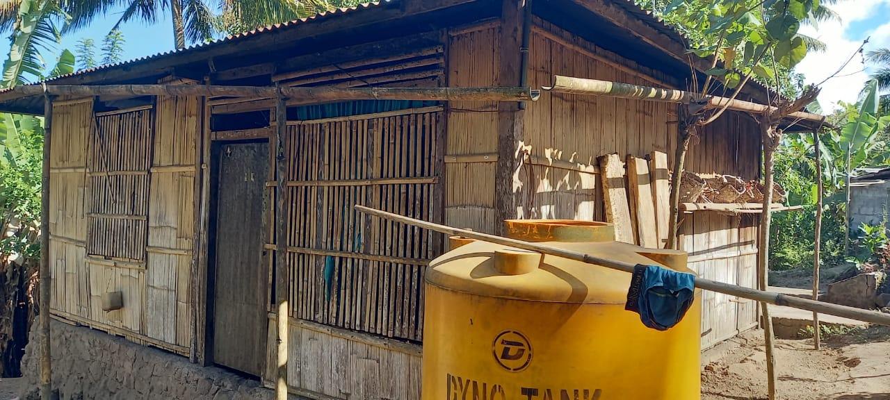 Salah satu rumah warga di Desa Persiapan Borablupur, Kecamatan Bola, Kabupaten Sikka NTT yang menggunakan talang air dari bambu untuk menadah air hujan. Foto: Lintasnusanews.com/Karel Pandu