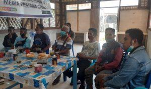 Warga Wolomotong tengah memberikan keterangan kepada awak media di Maumere terkait dugaan pengancaman Satgas Covid19 Sikka pada tanggal 15 Agustus lalu. Foto: Lintasnusanews.com/Karel Pandu